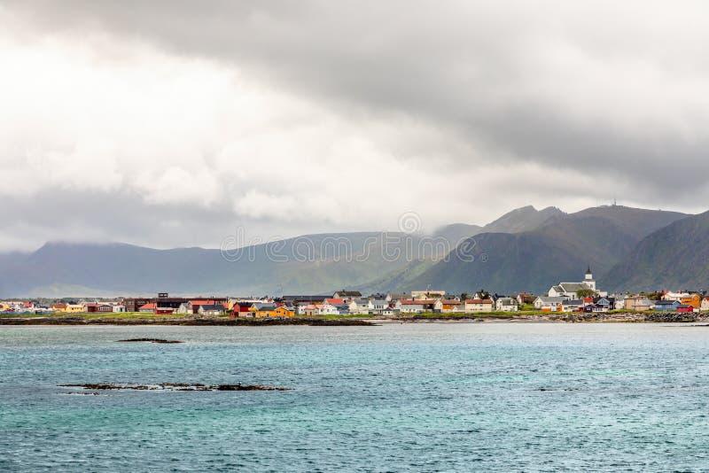 安德内斯有多座房子和山的在背景中,罗弗敦群岛海岛,Andoy自治市,Vesteralen村庄全景 库存图片