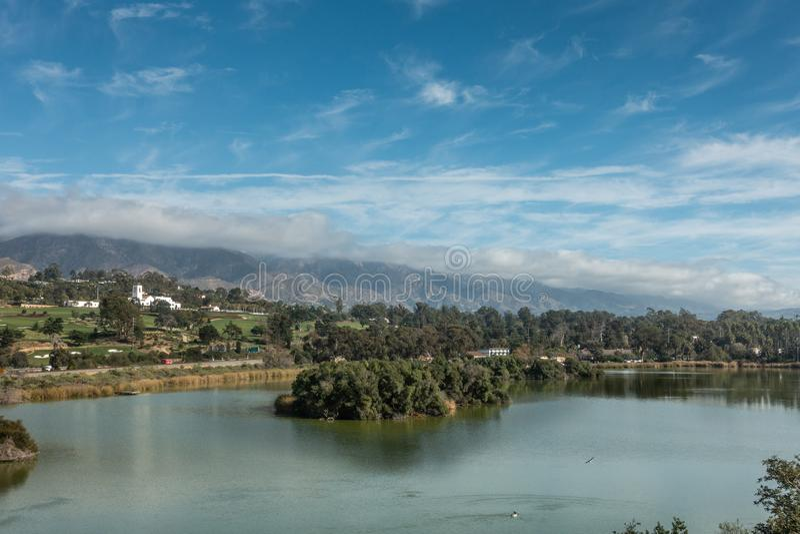 安德雷克拉克前面的鸟避难所与Montecito在后面,圣芭卜拉加利福尼亚的乡村俱乐部 库存照片