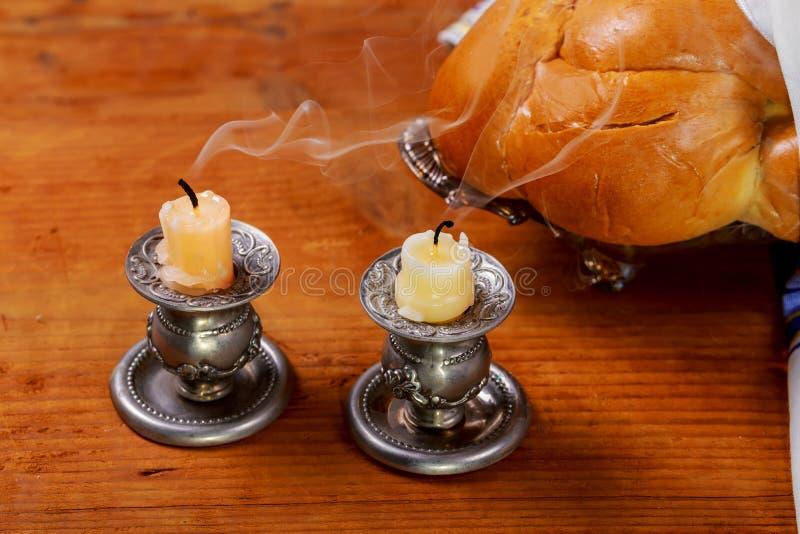 安息日图象 鸡蛋面包在木桌上的面包坎德拉 库存图片