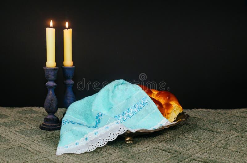 安息日图象 鸡蛋面包面包、安息日酒和坎德拉在木桌上 闪烁覆盖物 免版税库存图片