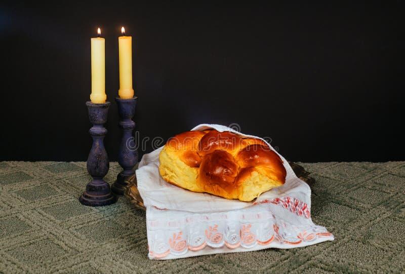 安息日图象 鸡蛋面包面包、安息日酒和坎德拉在木桌上 闪烁覆盖物 免版税库存照片