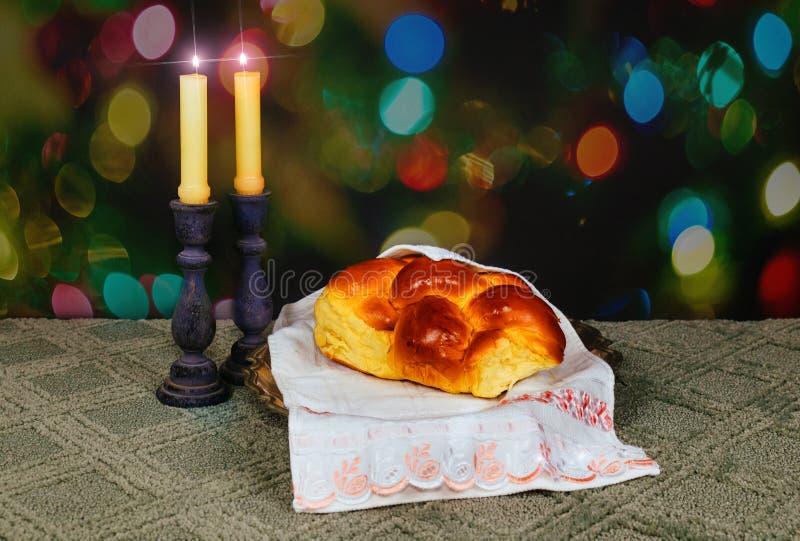 安息日图象 鸡蛋面包面包、安息日酒和坎德拉在木桌上 闪烁覆盖物 库存照片