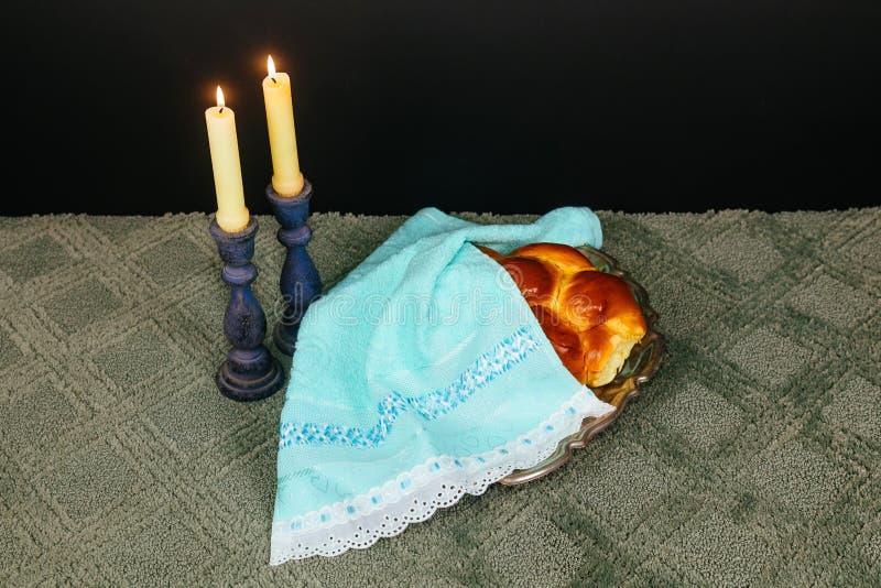 安息日图象 鸡蛋面包面包、安息日酒和坎德拉在木桌上 闪烁覆盖物 图库摄影