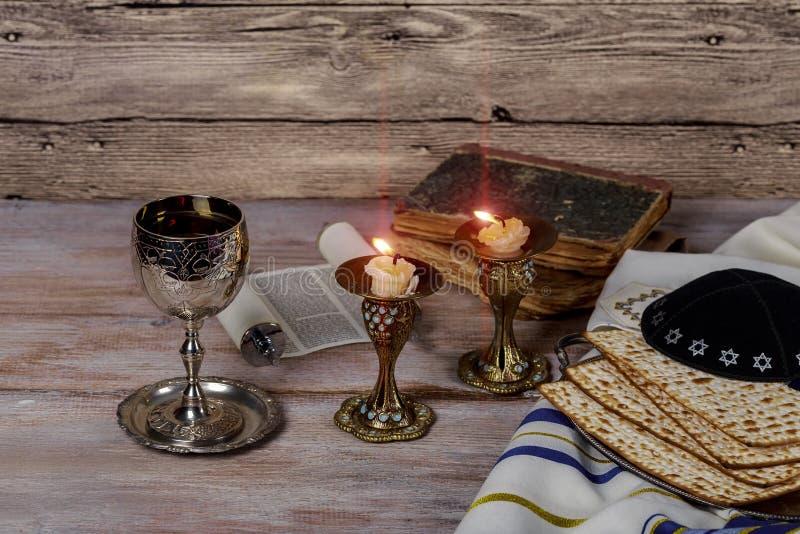 安息日图象 matzah,在木桌上的面包坎德拉 图库摄影