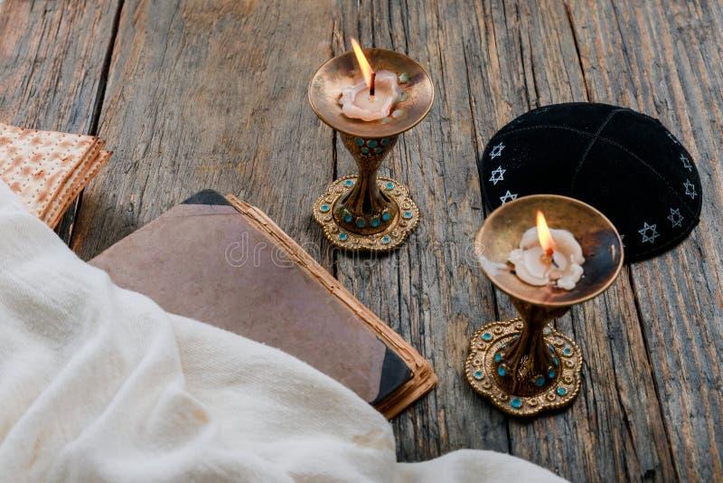 安息日图象 matzah,在木桌上的面包坎德拉 免版税库存图片