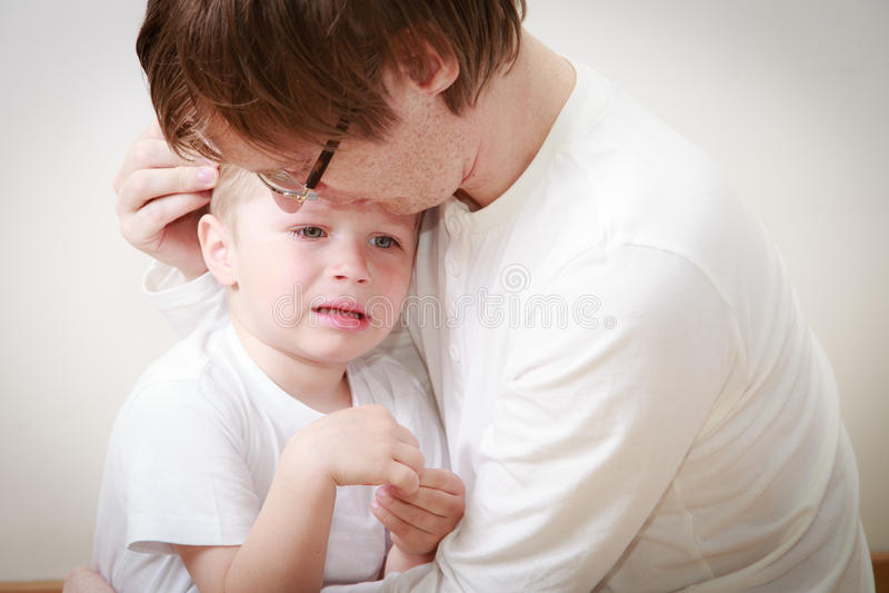 安慰儿子的父亲哭泣 库存照片