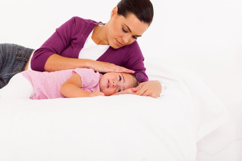 安慰哭泣的婴孩的母亲 库存图片