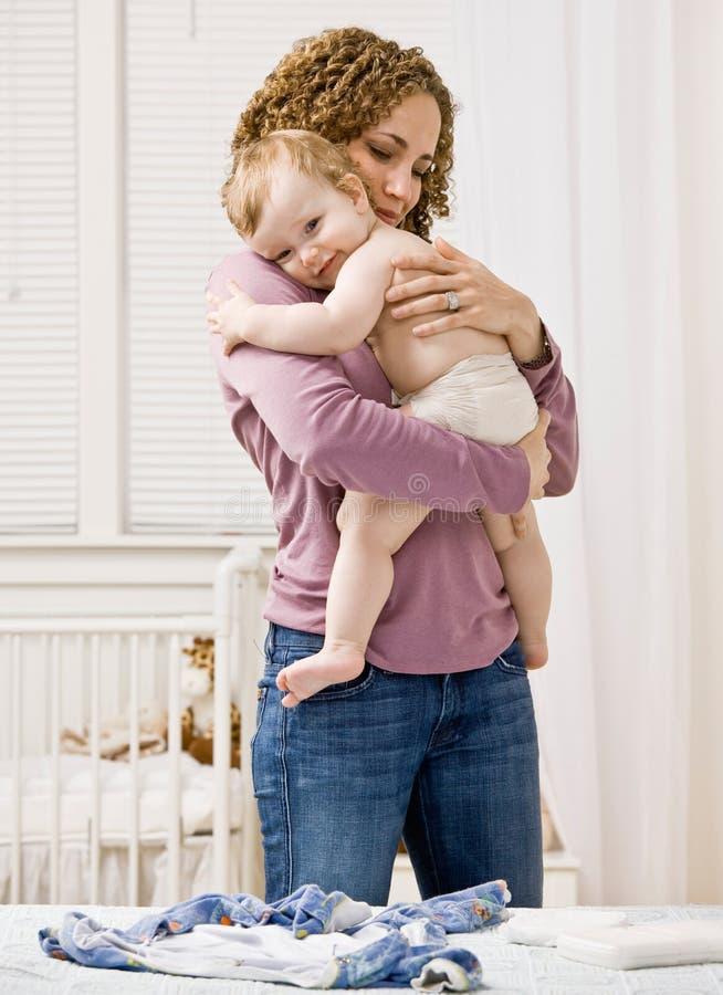 安慰她拥抱的母亲儿子 免版税库存照片