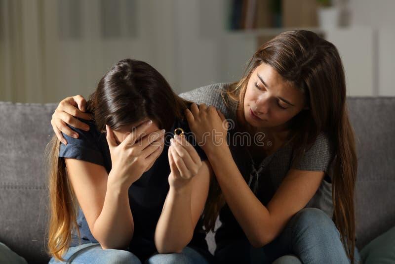 安慰她的离婚的朋友的女孩 免版税库存图片