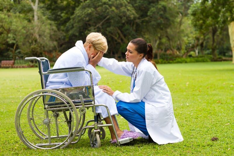 安慰护士患者 免版税库存图片