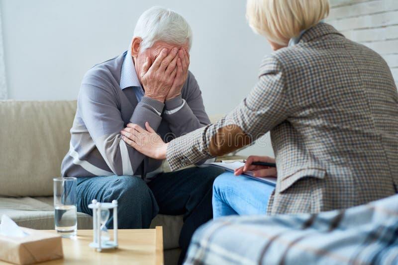 安慰资深患者的治疗师 免版税库存照片