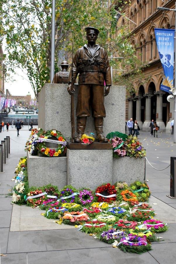安扎克纪念`,唯恐我们忘记世界大战1战士`,人们称颂了与花的 悉尼纪念碑在马丁位置 免版税库存图片