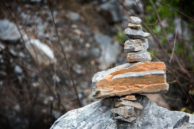 安排在山的石禅宗样式 免版税库存照片