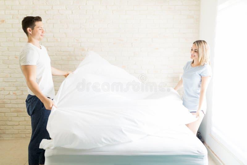 安排在床上的恋人白色板料在公寓 库存照片