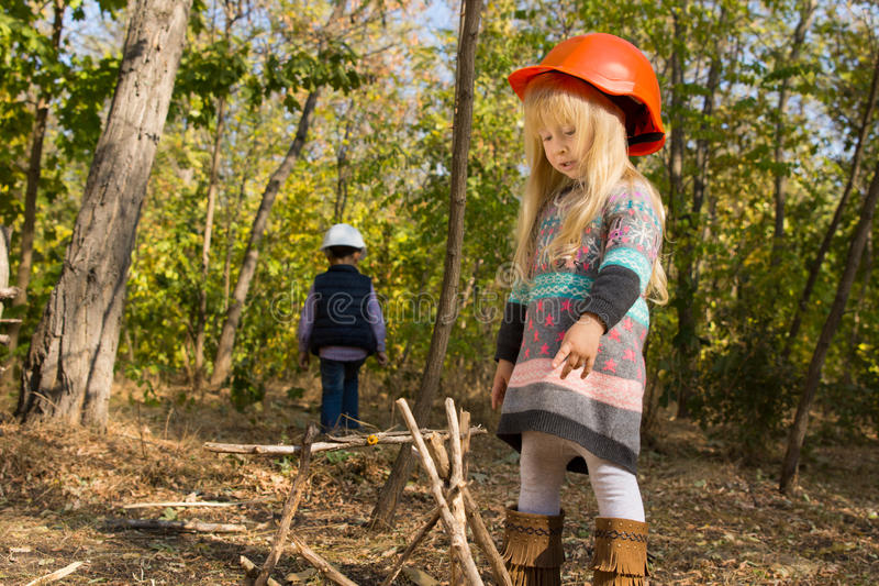 安排火阵营的滑稽的小女孩棍子 库存图片