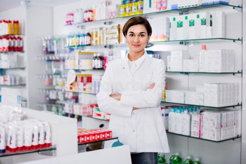 安排被显示的分类的女性药剂师 免版税库存图片