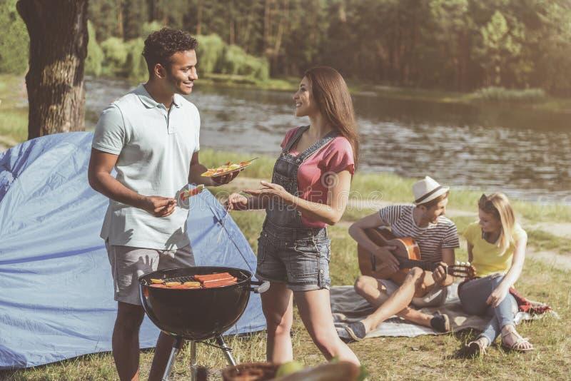 安排野餐的被享用的露营车在森林里 免版税库存照片