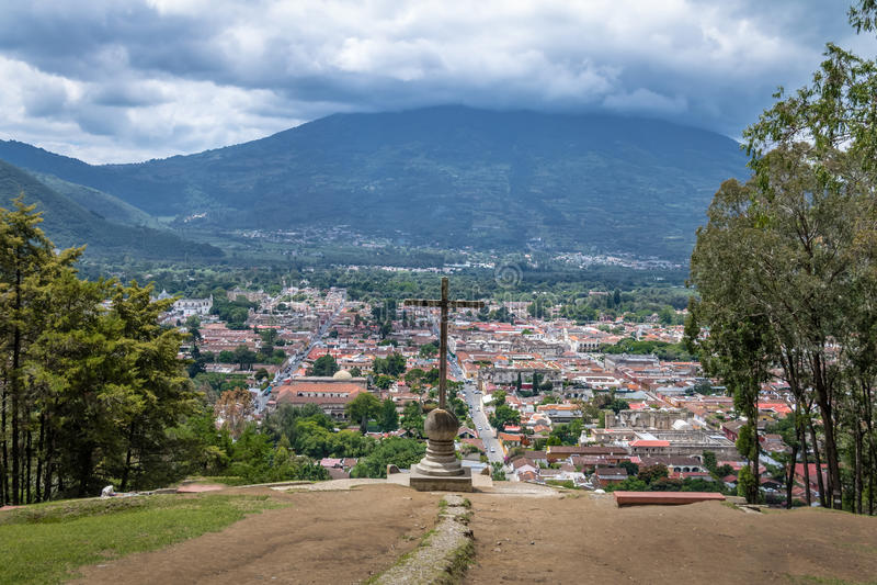 安提瓜岛危地马拉城的鸟瞰图从塞罗de与阿瓜火山在背景中-安提瓜岛,危地马拉的la Cruz的 免版税库存图片