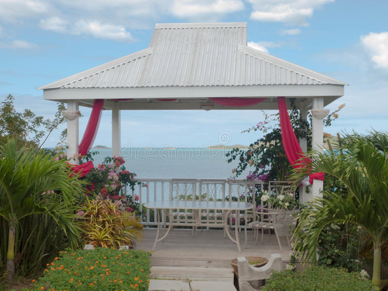 安提瓜岛海滩和地方餐馆的小屋 库存照片