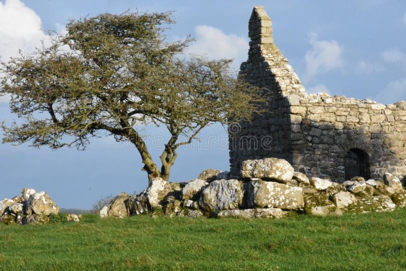 安格尔西岛北部威尔士英国小岛的套环Lligwy A 12世纪教堂  免版税库存图片