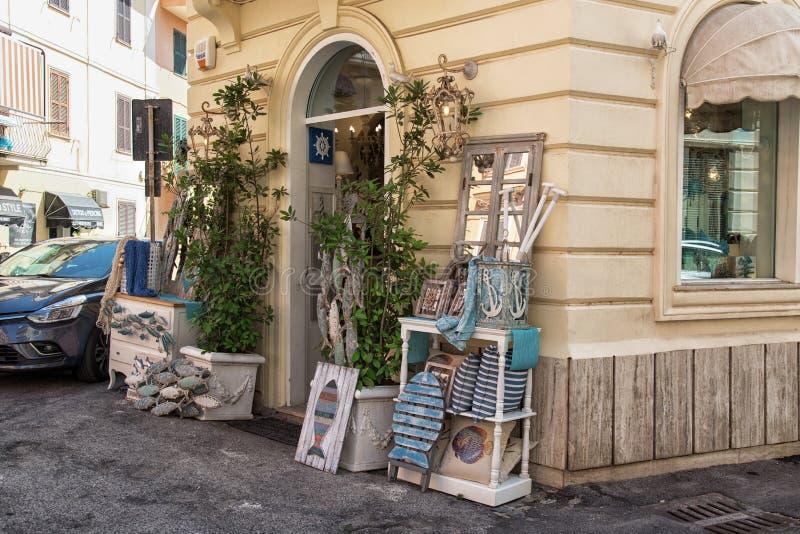 安济奥,拉齐奥地区,意大利- 2018年8月27日:与家具和辅助部件的可爱的小礼品店在海样式 库存照片