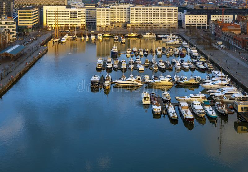 安特卫普日落的,比利时游艇小游艇船坞 图库摄影
