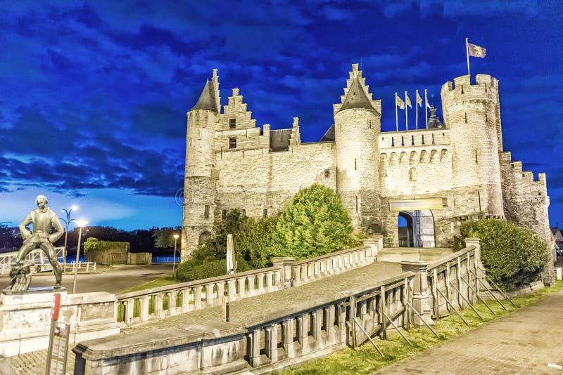 安特卫普,比利时古老地标  被停泊的晚上端口船视图 图库摄影