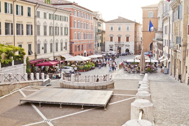 安科纳,意大利- 2019年6月8日:享用夏日和食物的人们在室外餐馆和休息 库存照片
