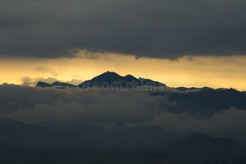 安纳布尔纳峰从世界和平塔的山脉著名旅游看法在云彩的黎明在博克拉,尼泊尔 库存照片