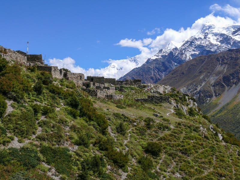 安纳布尔纳峰和老村庄上部Khangsar,尼泊尔 库存照片
