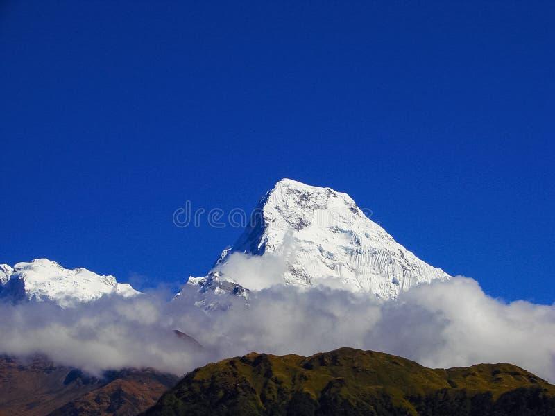 安纳布尔纳峰在云彩的山脉 免版税库存图片