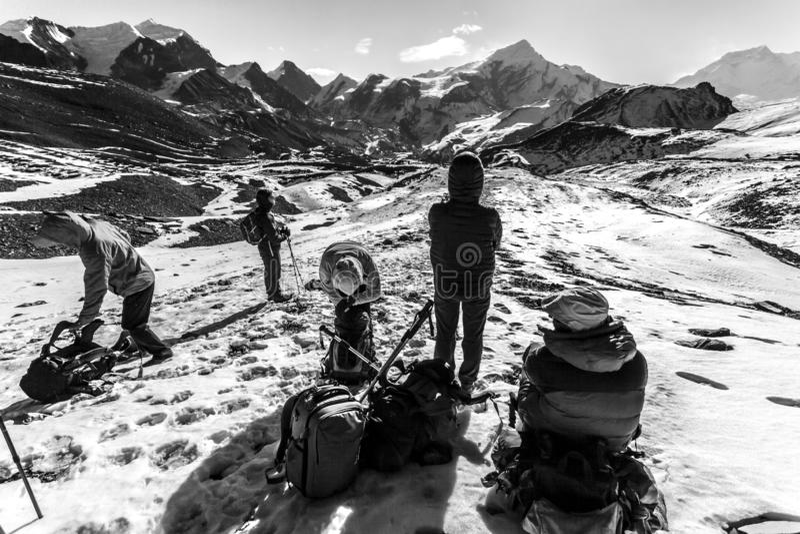 安纳布尔纳峰,尼泊尔- 2015年11月16日:上升在途中的游人Thorong La通行证5416 m,安纳布尔纳峰艰苦跋涉,喜马拉雅山,尼泊尔 库存图片
