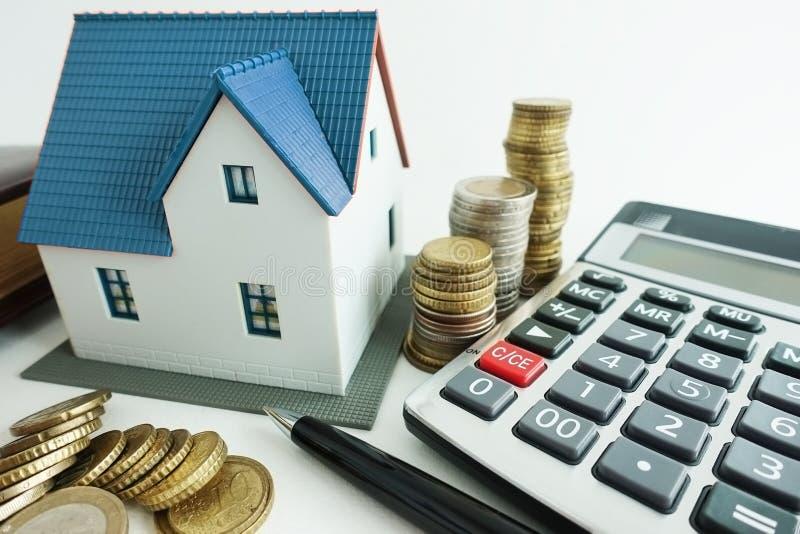 安置与小模式房子、计算器和现金金钱,投资分析概念的购买演算 库存照片
