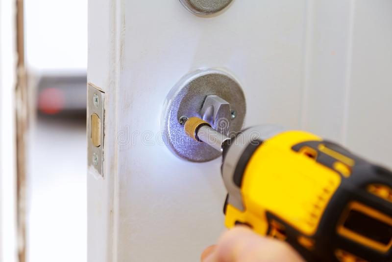 安置与锁的里面内部零件的外门安装或修理新的d的可看见一位专业锁匠 库存照片