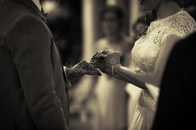 安置圆环在手指在婚礼 图库摄影