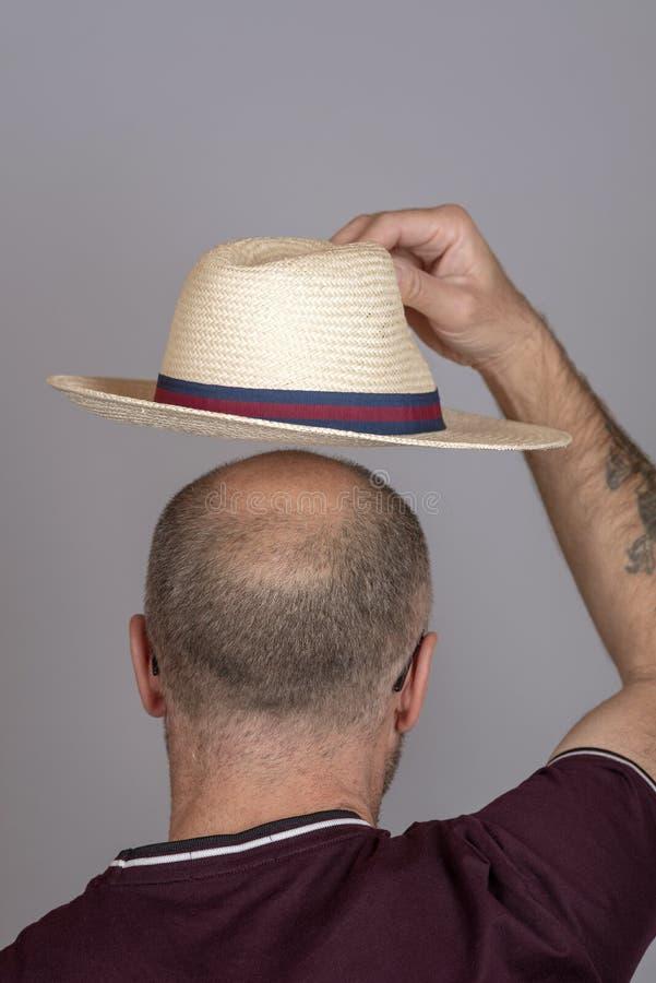 安置在他的头上的人一个草帽 免版税库存照片