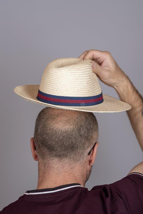 安置在他的头上的人一个草帽 库存图片