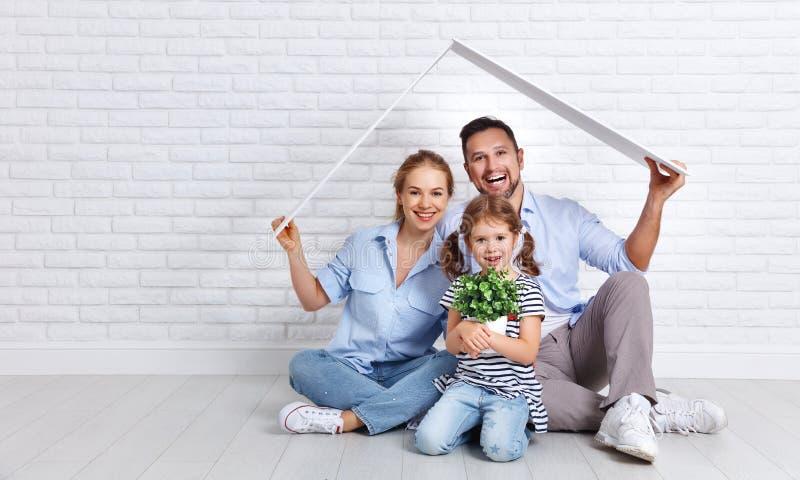 安置年轻家庭的概念 母亲父亲和孩子新的h的 免版税库存图片