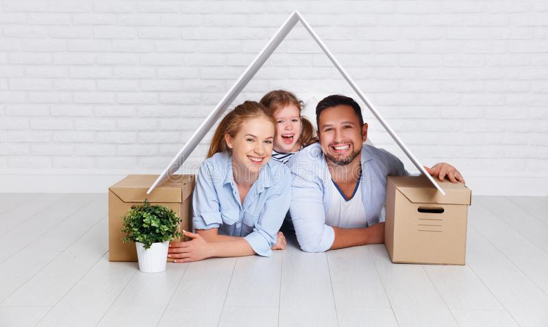 安置年轻家庭的概念 母亲父亲和孩子新的h的 免版税图库摄影