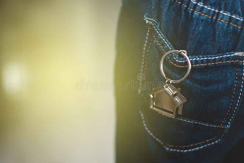 安置形状keychain或在的关键持有人牛仔裤装在口袋里 免版税库存图片