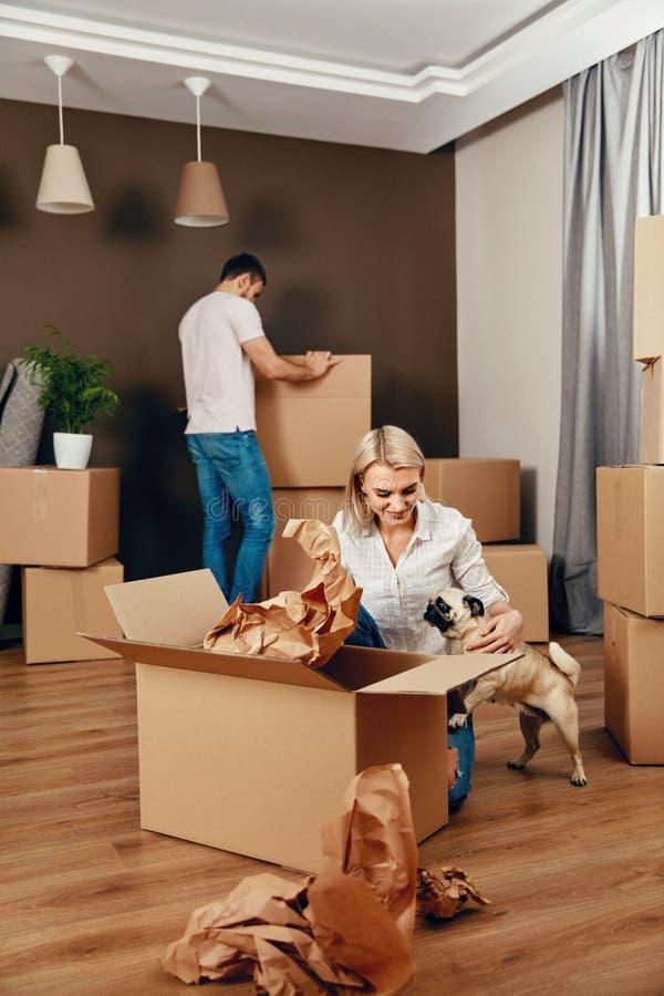 安置新 男人和妇女有箱子的 库存照片
