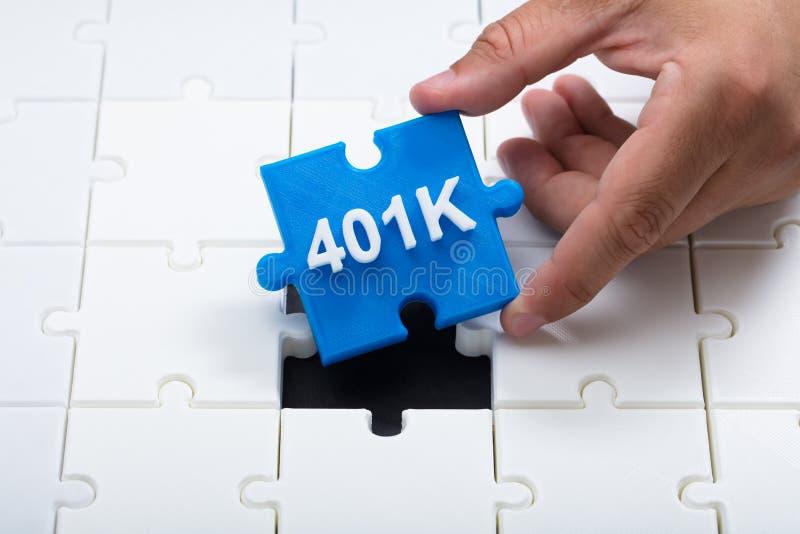安置最后的401k片断的人入拼图 免版税库存图片