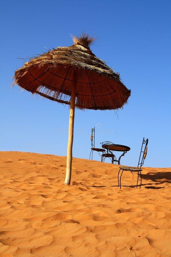 安置浪漫撒哈拉大沙漠坐 免版税库存图片