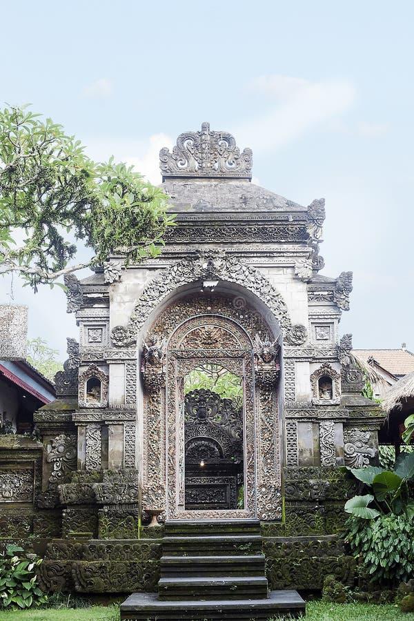 安置的老传统巴厘语石头入口 免版税库存图片