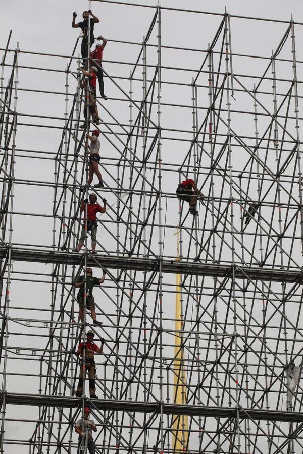 安置者建立一个巨大的金属结构 图库摄影