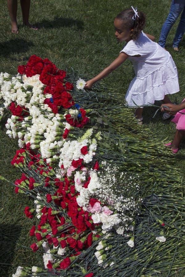 安置花的小女孩在洛杉矶国家公墓每年纪念事件, 2014年5月26日,加利福尼亚,美国 库存照片