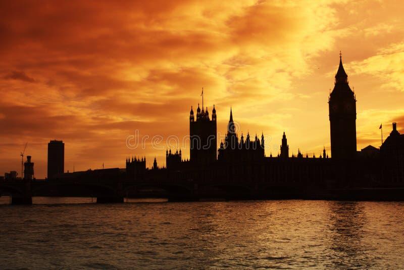 安置议会日落威斯敏斯特 免版税图库摄影