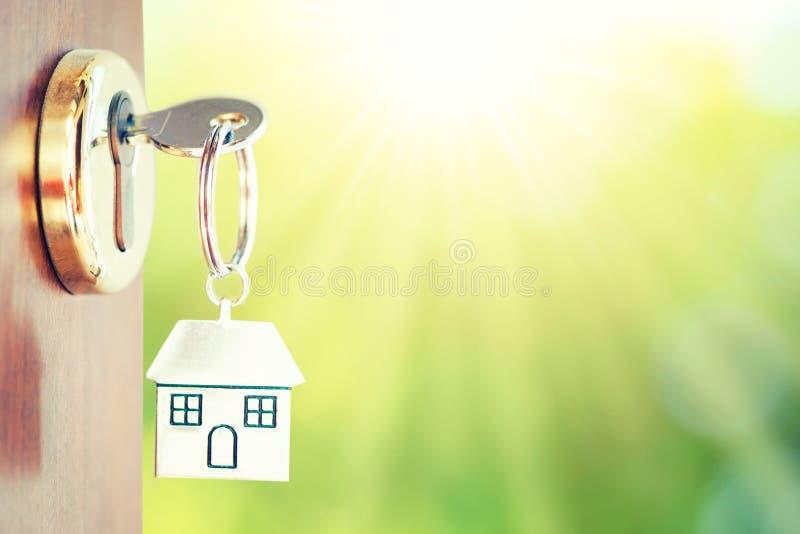 安置钥匙在门有绿色背景 库存照片