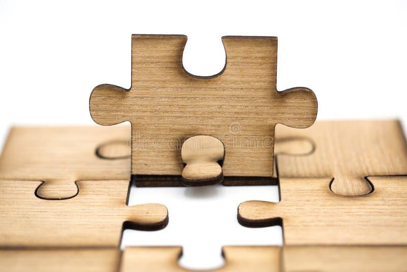 安置错过难题片断  企业概念,木竖锯片断在白色背景被连接一起被隔绝 库存照片