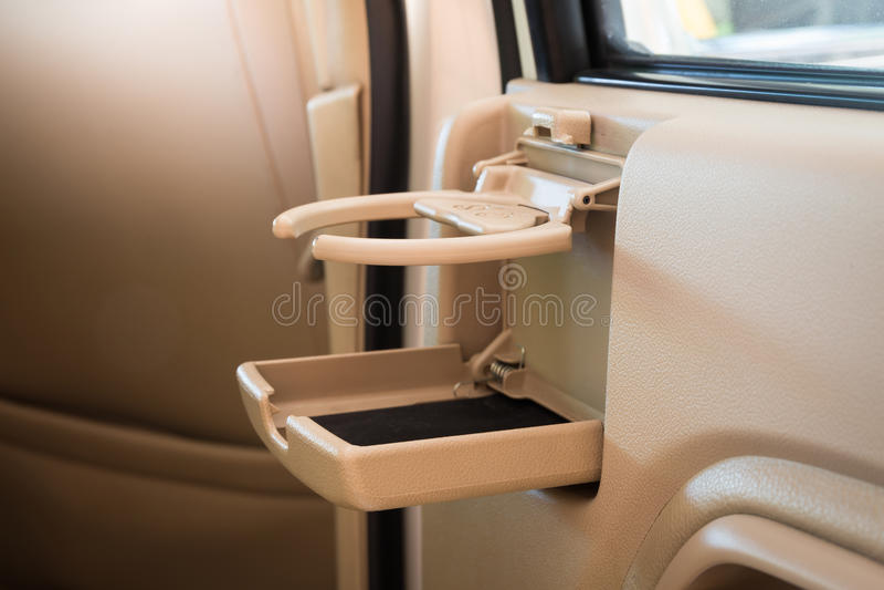 安置fo咖啡或茶杯子或者瓶在车控制台在现代豪华汽车 图库摄影